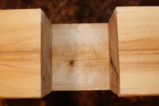 Une fois les trois faces (les côtés et le bas) bien droites, je trace mes emboîtements à angles...