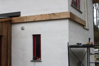 Les pièces qui doivent être fixées aux murs le sont via des tirefonds.